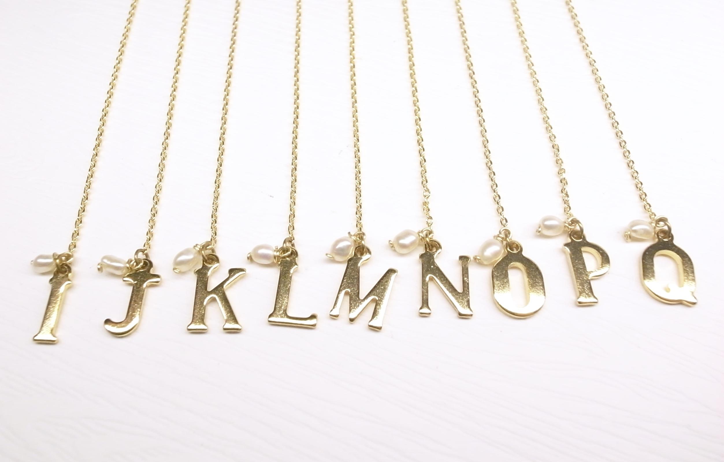 《二毛銀》【黃銅英文字母垂吊式耳環】(一對)