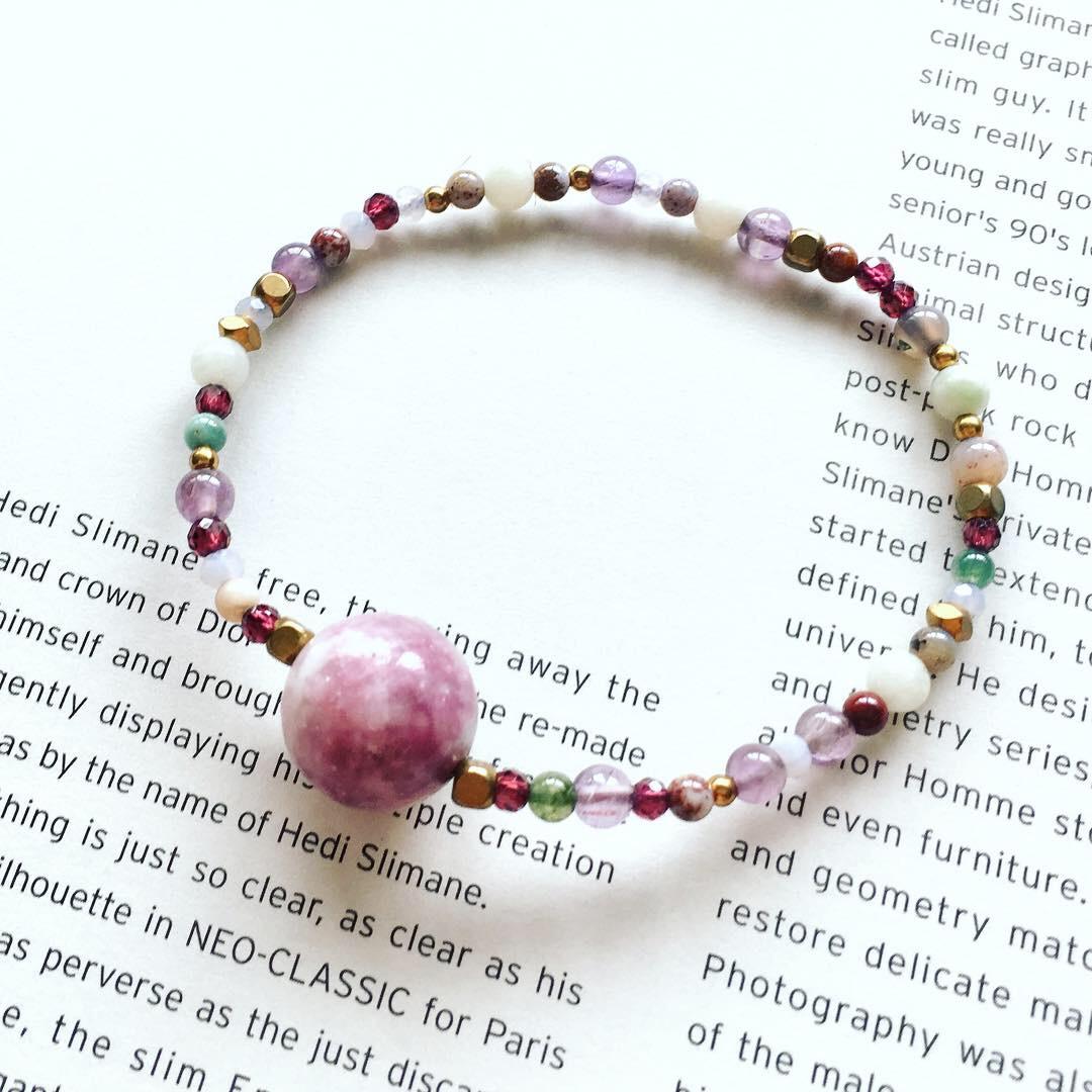 大顆紫雲母紫藤色手環 - 紅石榴 紫水晶 貝